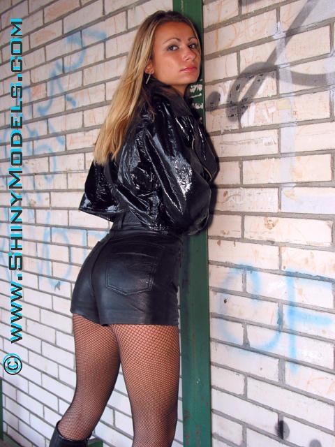 эротическое фото девушка в короткой кожаной юбке